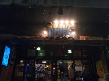 Bangkok'un bu bölgesinde hemen hemen her barda canlı müzik var. Adhere the 13th de, blues severler için harika bir cafe