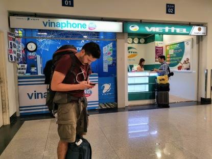 Hava alanında pasaport kontroleden sonraki Vinaphone standı