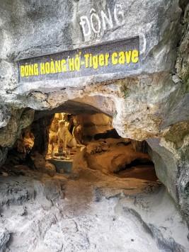 Merdivenlerin başındaki kaplan mağarası