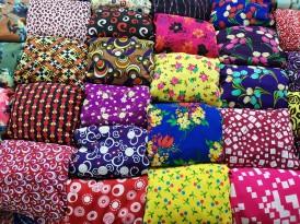 Dong Xuan Marketteki rengarenk kumaşlar