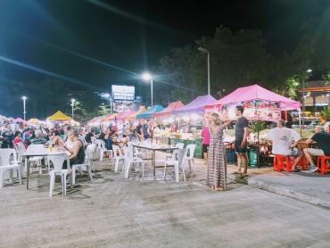 Central Festivalin önündeki gece pazarı