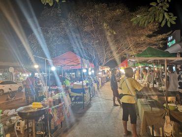 Bangrak Market'in karşısındaki gece pazarı